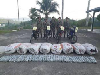Pasukan 4 Rejimen Sempadan (4RS) menunjukkan motosikal dan daun ketum yang dirampas di kawasan semak berhampiran sempadan.