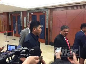 Mohamad Sabu ketika ditemui media di lobi Parlimen, hari ini. - Foto Sinar Harian