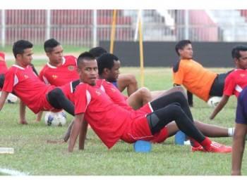 Mohd Badhri (hadapan) hantar surat penarikan diri daripada beraksi bersama Kelantan, hari ini.