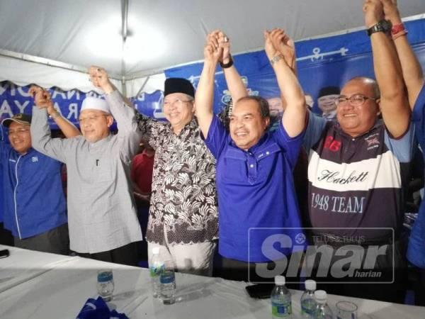 Ahmad (dua dari kiri) bersama Annuar (tiga dari kiri) dan Pengerusi Perhubungan UMNO Kedah, Datuk Seri Jamil Khir Baharom (dua dari kanan) pada program Ceramah Sepentas BN, malam tadi.