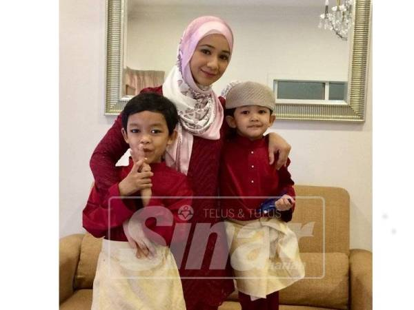 Irin bersama anaknya, Raees (depan) dan anak bongsu, Razeen Ayman, 5.