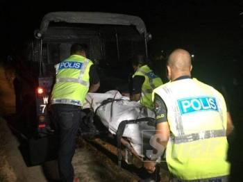 Anggota polis membawa mayat mangsa ke Jabatan Forensik, Hospital Raja Perempuan Zainab II untuk bedah siasat, malam tadi.