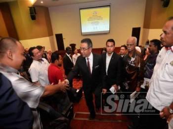 Adly bersalaman dengan wakil MPKK selepas menyempurnakan majlis perasmian Taklimat Pengurusan MPKK negeri di Auditorium Seri Negeri di Ayer Keroh di sini, semalam.