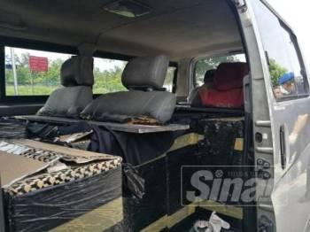 Keadaan tempat duduk dalam van yang diubahsuai untuk mengangkut rokok seludup.
