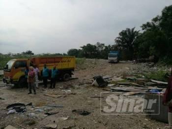 Keadaan di lokasi tapak pembuangan sampah haram di Jalan Bukit Puchong 4/1 di sini.