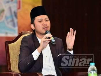 Mohd Fahmi ketika menyampaikan ceramah sempena Forum Penyakit Cegahan Vaksin di Dewan Tunku Abdul Rahman, di sini, hari ini.
