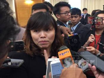 Teo Nie Ching ketika menjawab soalan media di lobi Parlimen semalam.