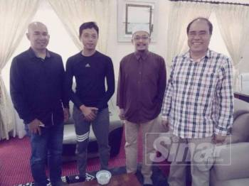 Mohd Kazim (dua, kanan) menerima kunjungan abang mangsa, Mohd Zahiruddin di Pusat Pendidikan Al Barakah, semalam.
