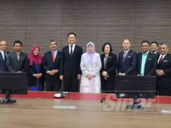Zuraida bersama barisan Yang Dipetua (YDP) Negeri Sembilan selepas selesai rangka lawatan di MPS petang tadi.