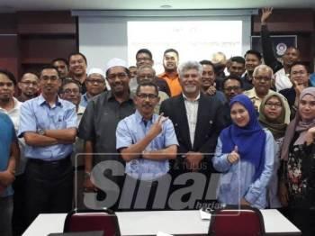 Yahaya (berdiri tengah) bergambar santai bersama 25 usahawan yang mengikuti Kursus Forensik Bangunan anjuran Mara Negeri Kedah di Mergong, semalam.