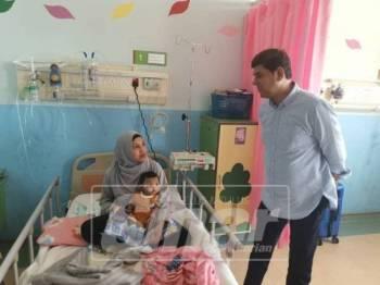 Jc beramah mesra bersama Normala dan anaknya Muhammad Hariz yang ditemui di Hospital Sultan Haji Ahmad Shah, di sini, semalam.