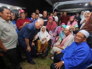 Najib bermesra dengan orang ramai di majlis 'Bossku Bersama Rakyat' bersama bekas Perdana Menteri,Datuk Sri Najib Razak di Kg. Kanchong malam tadi. - Foto: ADAM AMIR HAMZAH