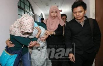 Norhayati (dua dari kiri) dibawa keluar dari Mahkamah Sesyen Johor Bahru, hari ini selepas mengaku bersalah menerima rasuah daripada sebuah syarikat pembekal, empat tahun lalu.