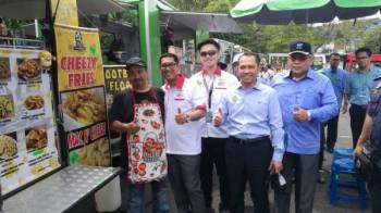 Zainal Abidin (kanan) mengiringi Ahmad Faizal (dua, kiri) dan Abdul Yunus (dua, kanan) mengadakan lawatan ke premis usahawan yang menyertai program MBB sempena acara LTdL 2019 di Taiping, hari ini.