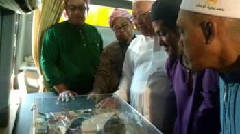 Mohamad Farid (dua, dari kiri) menunjukkan pameran jenis dadah kepada jemaah masjid.