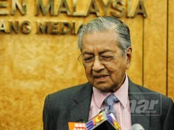 Dr Mahathir (kanan) Mohamed Azmin dalam sidang media di lobi Parlimen, hari ini. -Foto Sinar Harian Zahid Izzani