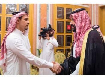 Salah (kiri) ketika bertemu dengan Putera Mohammed di Saudi selepas berita pembunuhan bapanya disahkan.