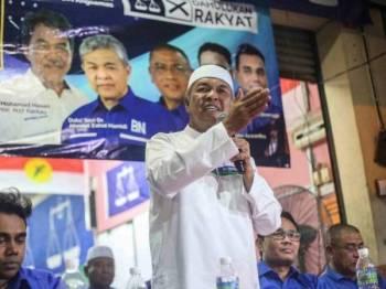 Presiden UMNO, Datuk Seri Dr Ahmad Zahid Hamidi hadir pada program sembang santai bersama penduduk sempena kempen PRK DUN Rantau di Taman Angsamas malam tadi. - Foto: ADAM AMIR HAMZAH