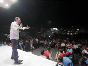 Anwar berucap di hadapan penyokong PH di pekan Rantau malam tadi. Foto Bernama