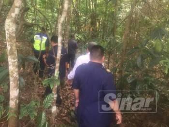 Polis melakukan siasatan di lokasi tulang terbabit ditemukan.