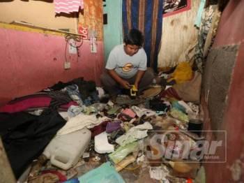 Mohd Firdaus menunjukkan keadaan rumah sewanya yang ditinggalkan dalam keadaan tidak terurus.