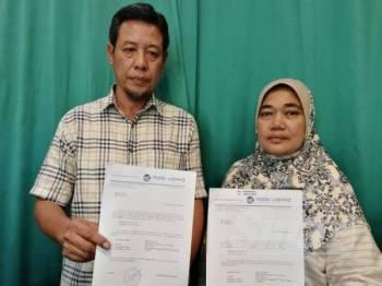Azmi dan isteri menunjukkan kos pengajian anak-anaknya.
