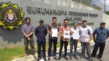 Nazri (tengah) bersama ahli-ahli PKBS menghantar memorandum kedua berhubung kepincangan projek-projek SSM di Ibu Pejabat Putrajaya hari ini.