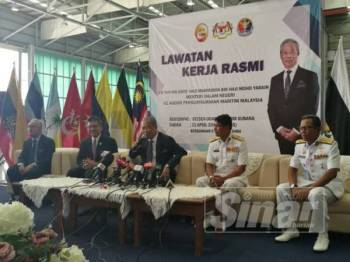 Muhyiddin mengadakan lawatan kerja rasmi ke Agensi Penguatkuasaan Maritim Malaysia (Maritim Malaysia) di Stesen Udara Maritim Subang hari ini.