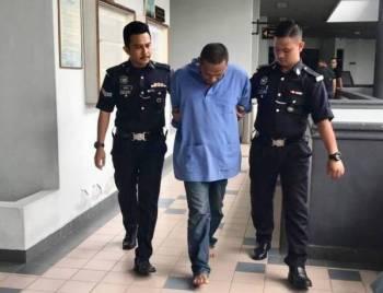 Tertuduh, Riduan Abd Samad, 38, yang diiringi anggota polis di dakwa di Mahkamah Majistret Ayer Keroh di sini atas tuduhan membunuh rakannya awal bulan ini.