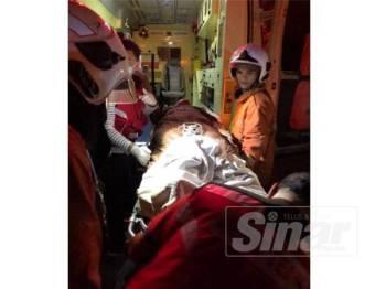Mariam dikejarkan ke Hospital Melaka akibat terhidu asap setelah rumahnya di Taman Bukit Katil di sini terbakar, malam tadi.