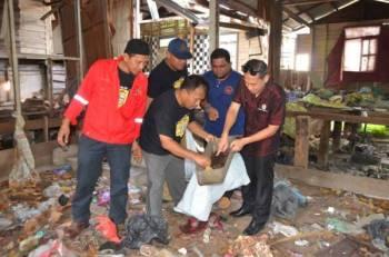 Bekas yang berpontensi menjadi sarang pembiakan aedes dikutip pada Program Gotong-Royong Mega Basmi Aedes Bersepadu Interagensi Peringkat Daerah Kemaman di Kampung Tengah, Chukai.