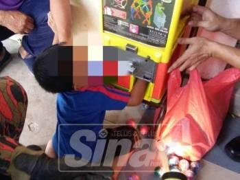 Anggota bomba mengeluarkan jari kanak-kanak berusia 4 tahun yang tersepit di sebuah mesin permainan di Taman Bahgia Baru, pagi tadi.