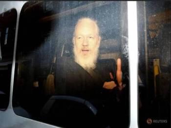 Julian Assange ditahan oleh polis Britain di London semalam. - Foto Reuters
