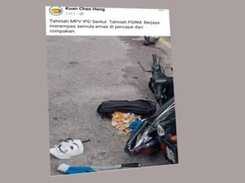 Beg berisi barang kemas, topeng dan pisau ditemui di lokasi kemalangan motosikal yang ditunggang suspek. Foto ini dikongsi oleh Presiden Persatuan Kepolisan Komuniti Malaysia, Kuan Chee Heng di Facebooknya hari ini.