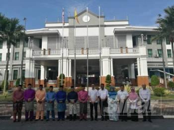 Ahli Majlis Mesyuarat Kerajaan Negeri bergambar bersama Menteri Besar Amirudin Shari di Pejabat Daerah Tanah Kuala Langat.