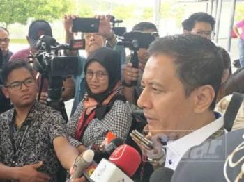 Azhar Azizan ketika sidang media di SJK (C) Bandar Sri Sendayan, Seremban, hari ini.