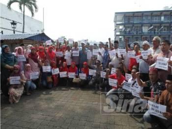 Ahli Pas, UMNO bersama beberapa NGO membuat laporan polis berhubung isu hina Agong di Ibu pejabat Polis Daerah (IPD) Kuantan, jam 3 petang tadi.