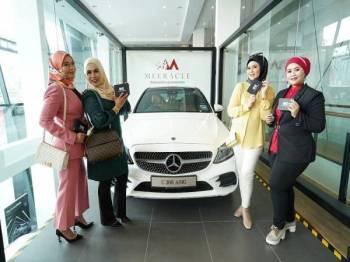 Wakil jualan berjaya, dari kiri: Che Wan Norzirawati Che Wan Abd Rahman, Nazariah Mohd Shah, Siti Azlina Md Halil dan Masdiana Mohamadiah.
