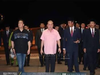 Sultan Johor selamat tiba di Hangar Diraja Lapangan Terbang Antarabangsa Senai, hari ini. - Foto Royal Press Office