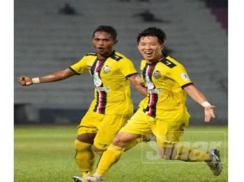 ChangHoon (kanan) meraikan gol kemenangan yang dijaringkannya ketika membantu PDRM menewaskan Kelantan 1-0 dalam saingan Liga Premier di Kota Bharu, sebentar tadi.