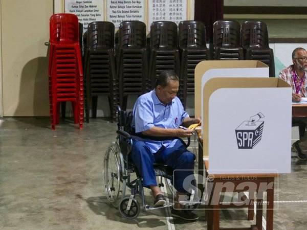 Azman hadir seawal jam 8.15 pagi untuk mengundi di SRJK (C) Chung Hwa Rantau, hari ini. - Foto Adam Amir Hamzah