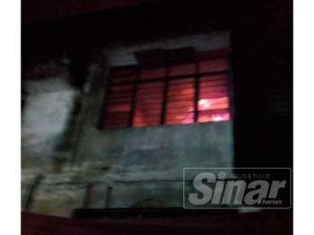 Anggota bomba dan penyelamat mengawal kebakaran di premis yang dijadikan rumah kongsi dalam kejadian di ibu negara, awal pagi tadi.