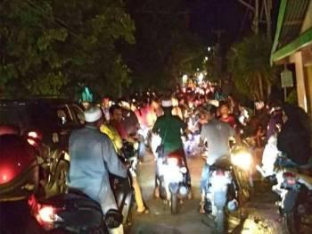 Penduduk yang panik melarikan diri ke tanah tinggi ekoran gempa bumi 6.8 magnitud yang menggegar Luwuk, Sulawesi Tengah semalam. - Foto AFP