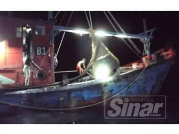 Bot yang ditahan ketika rondaan anggota Maritim Malaysia di kedudukan 6.70 batu nautika barat Pantai Kuala Sala, Kedah.