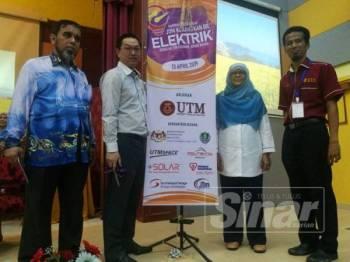 Dr Jasrul (kanan) bersama Exco Perdagangan Antarabangsa, Pelaburan dan Utiliti, Jimmy Puah Wee Tse (dua,kiri) merasmikan karnival Jom Kurangkan Bil Elektrik di Sekolah Tun Fatimah, hari ini.