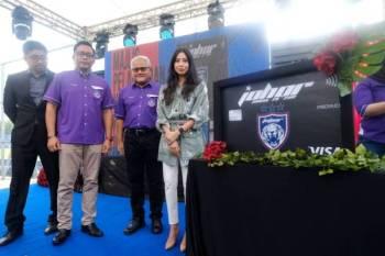 Tunku Aminah (kanan) dan Mohd Noorazam (dua,kanan) ketika merasmikan Majlis Pelancaran Yayasan JDT, di sini hari ini.
