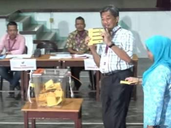 Mohamad secara spontan menunjukkan kertas undi yang sudah ditandanya sebelum memasukkan ke dalam peti undi.