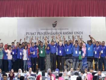 Calon BN, Datuk Seri Mohamad Hasan diumumkan menang dengan majoriti 4,510 undi menewaskan calon PH Dr S Streram dan dua calon Bebas, Mohd Nor Yassin dan R. Malar. -Foto Adam Amir Hamzah