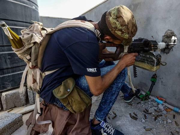 Anggota militia yang setia dengan Tentera Kerajaan Libya (GNA) menanti kehadiran pasukan diketuai Khalifa Haftar di pinggir Wadi Rabie, Tripoli