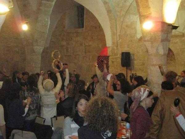 Pendatang Yahudi menari di dalam Masjid Al Ahmar yang ditukar menjadi kelab malam.